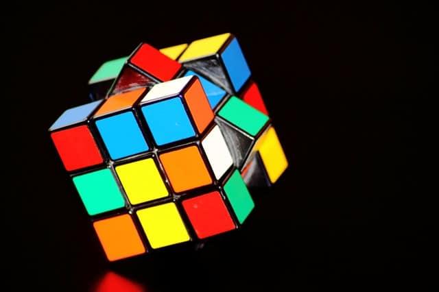 Cubo mágico com lados diferentes em fundo preto