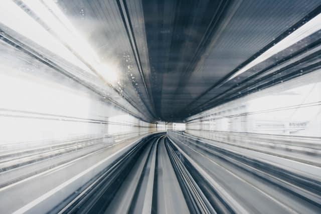 Trilhos de metro em movimento