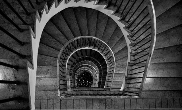 Escada em preto e branco vista de cima