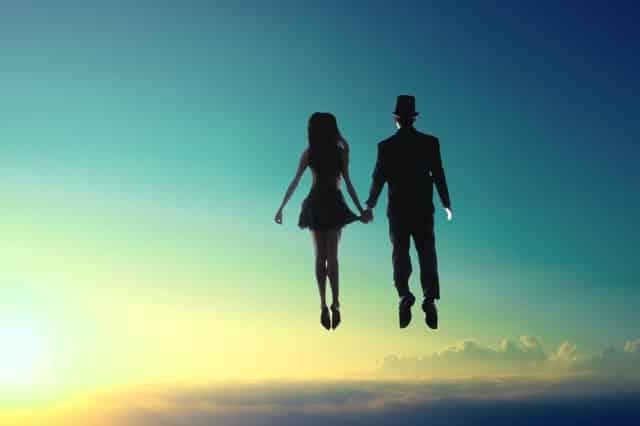 Pessoas voando com céu e sol ao fundo