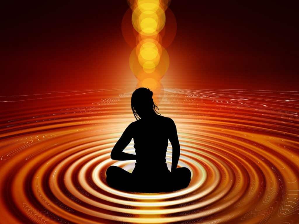 Ilustração de silhueta de mulher sentada com as pernas cruzadas, em uma superfície com círculos que se abrem como anéis em volta dela.