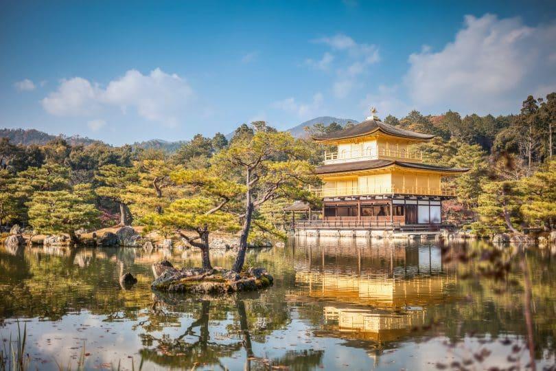 Templo Saiho-ji com um lago a sua frente e árvores em sua volta