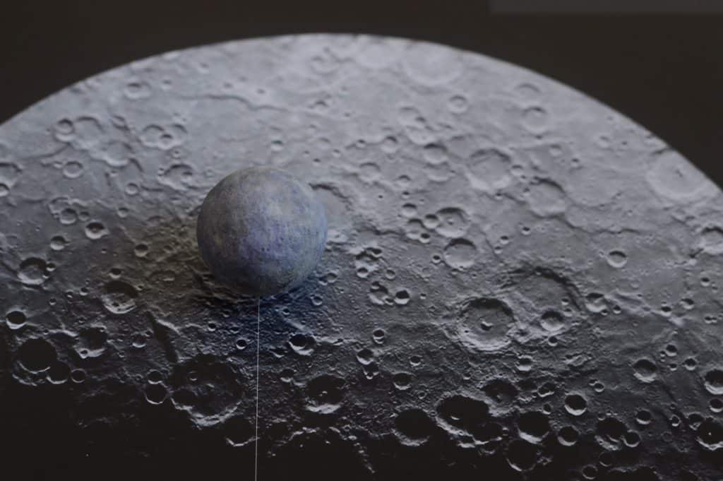 Imagem em preto e branco do planeta Mercúrio.