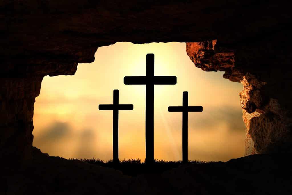 Imagem de três cruzes, referindo-se à ressureição de Jesus Cristo.