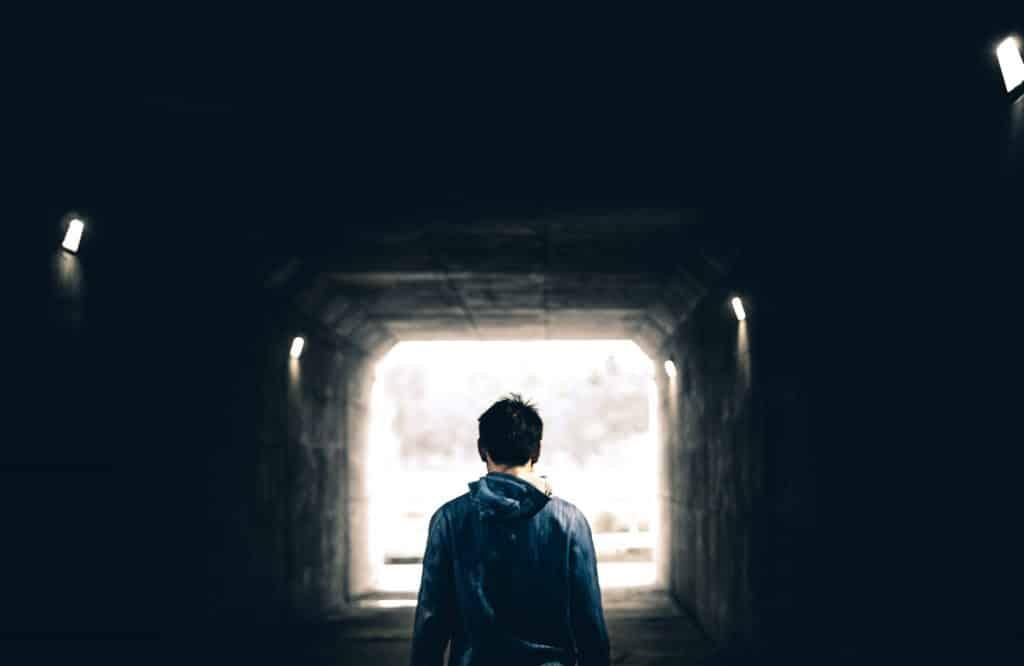 Homem andando por um túnel