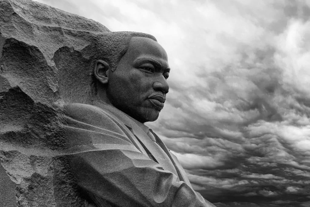 Imagem de uma estátua de Martin Luther King. A estátua foi feita em memória do ativista e está disponível em Washington.