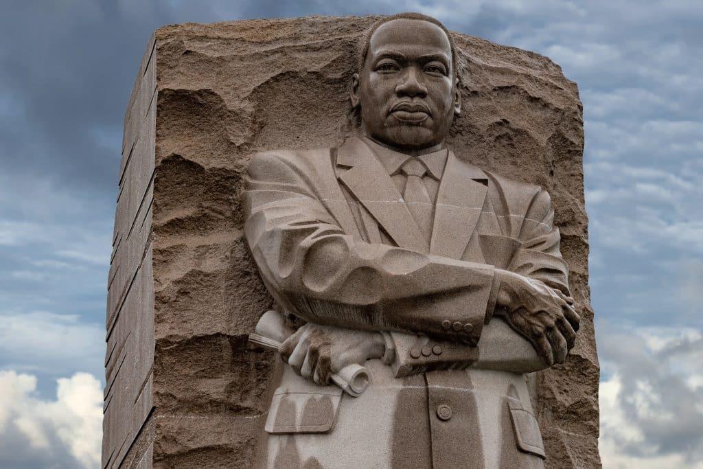 Imagem da estátua de corpo inteiro de Martin Luther King.