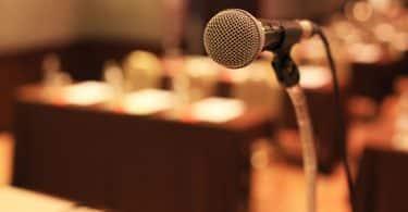 Microfone em um palco