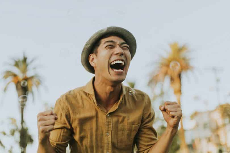 Homem entusiasmado sorrindo
