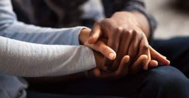Duas pessoas dando as mãos