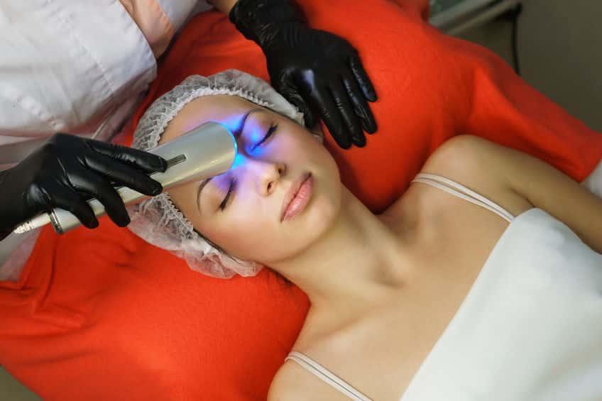 Mulher fazendo cromoterapia
