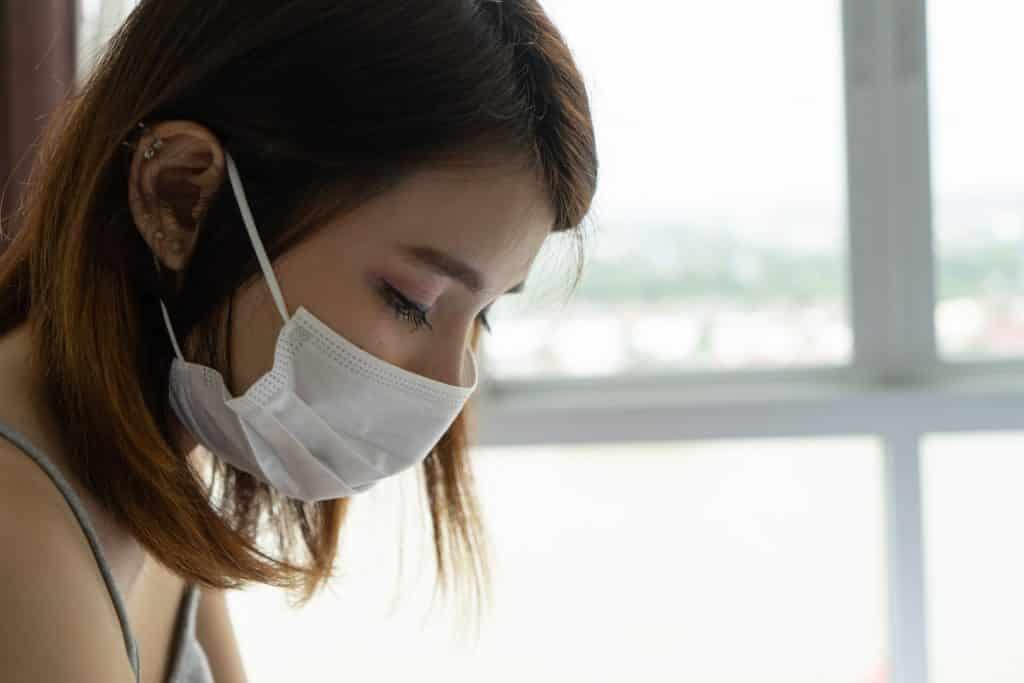 Mulher usando máscara de proteção no rosto