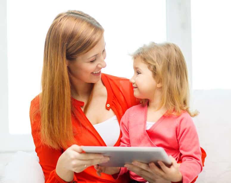 Mãe e filha segurando tablet