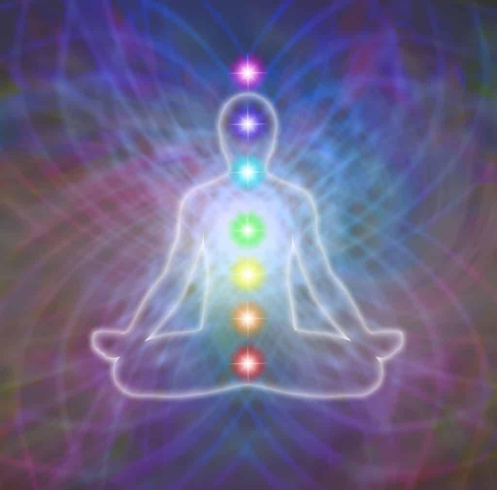 Ilustração de pessoa com seus chakras