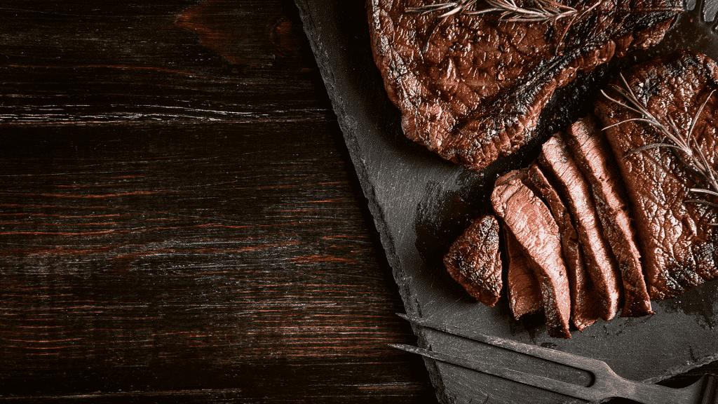Carne de churrasco cortada em cima da tábua