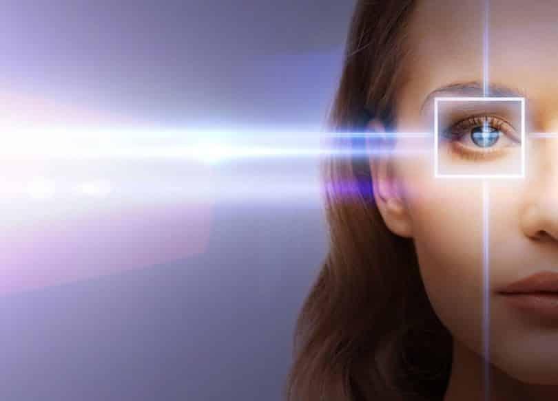 Mulher com foco de luz em um de seus olhos
