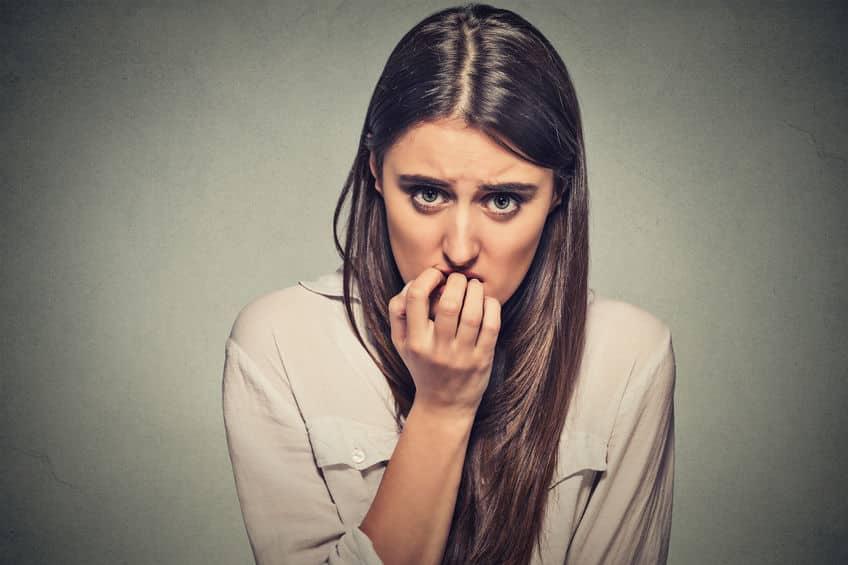 Mulher roendo as unhas