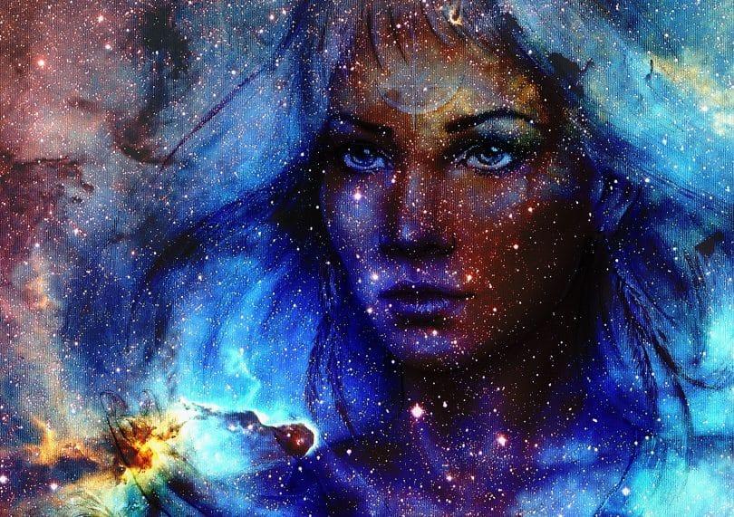 Desenho de traços femininos no espaço, com estrelas e energias azuis.