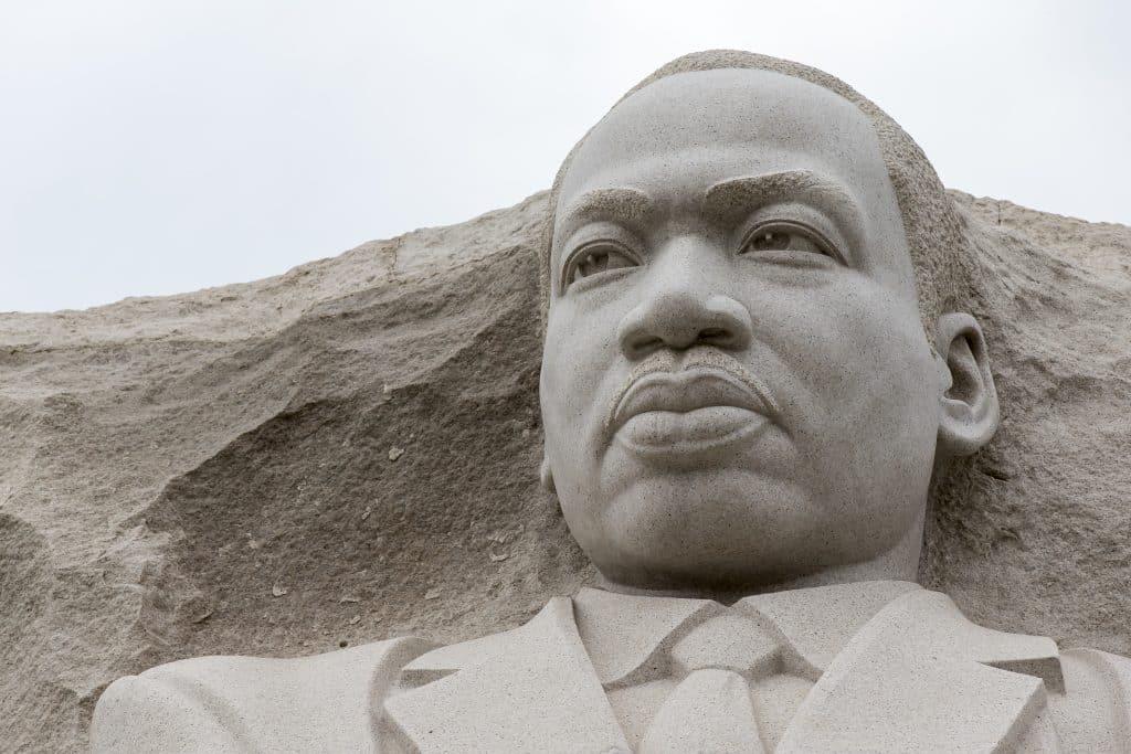 Imágem da estátua - somente o rosto - de Martin Luther King.