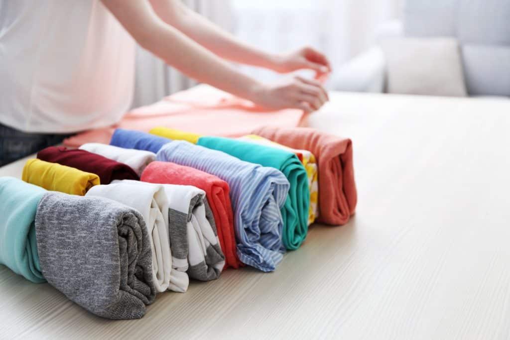Mulher dobrando roupas