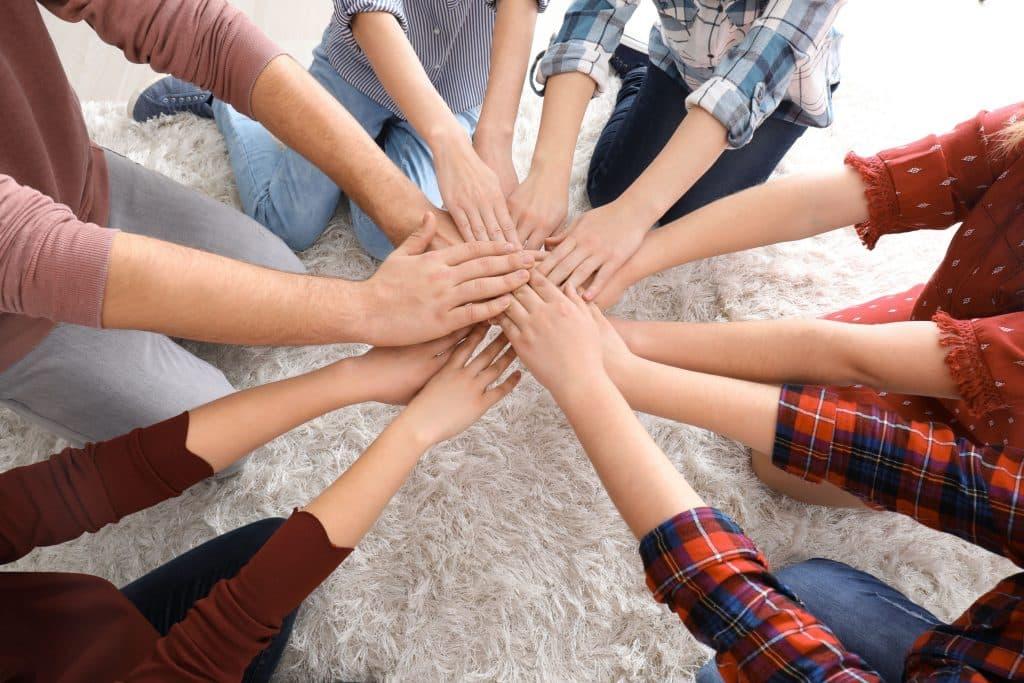 Mulheres com as mãos no centro