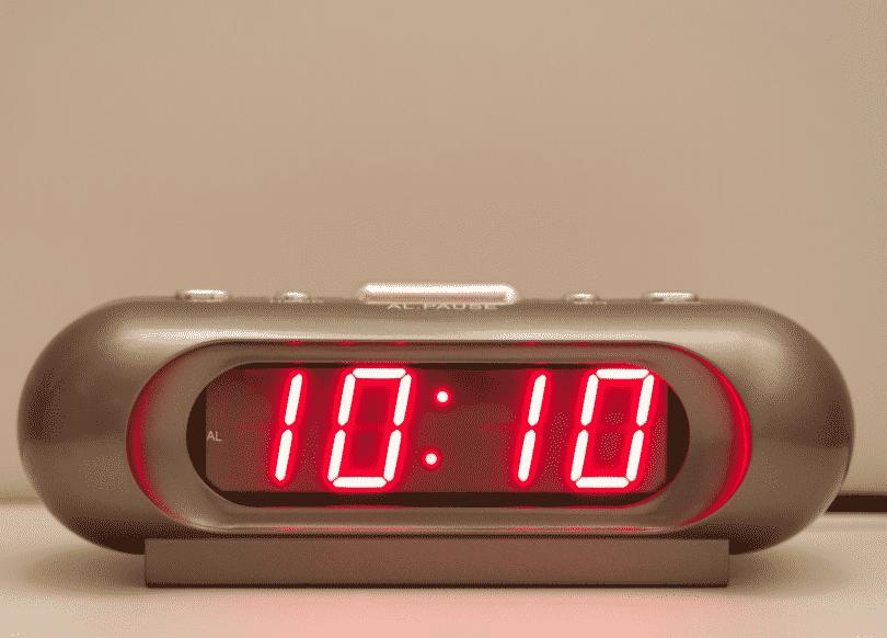 Relógio digital com o horário 10:10