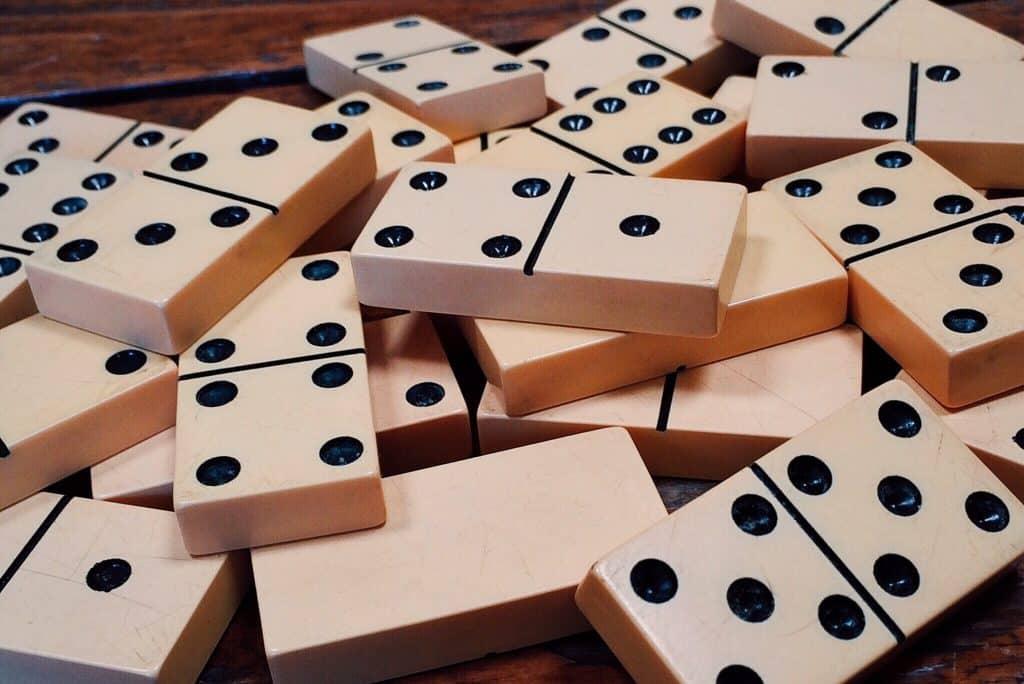 Peças de dominó dispostas sobre uma mesa.