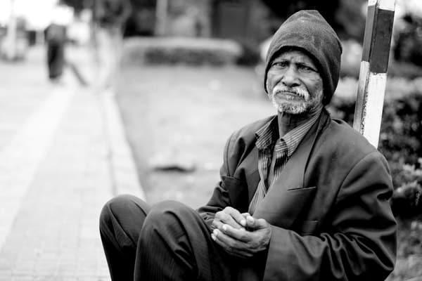 Morador de rua em foto preta e branca