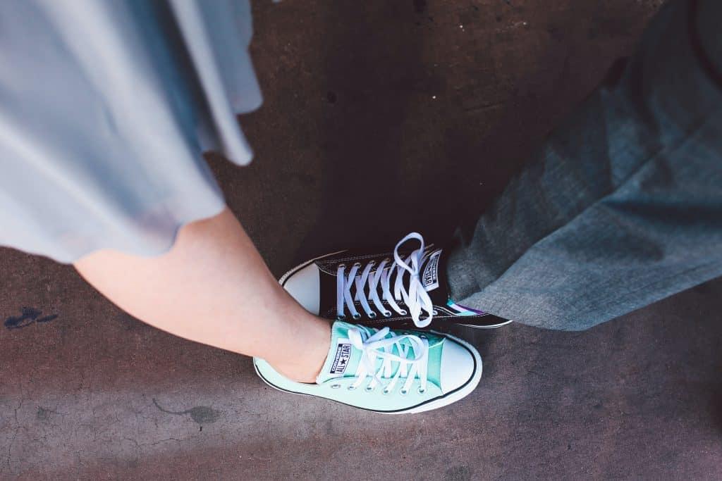 Casal com os pés juntos usando tênis