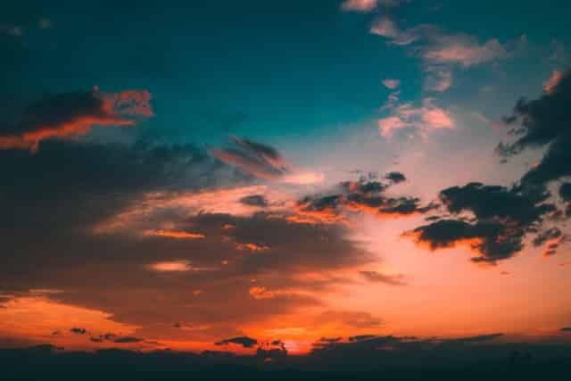 Céu com pôr-do-sol e nuvens