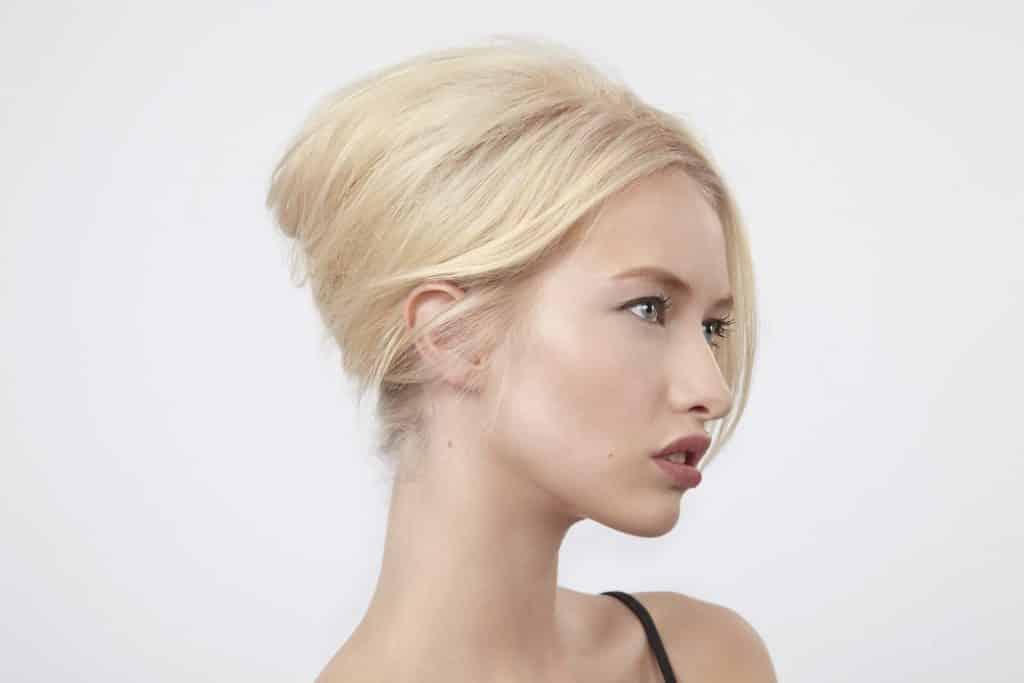 Imagem de uma linda mulher loira de cabelos curtos.