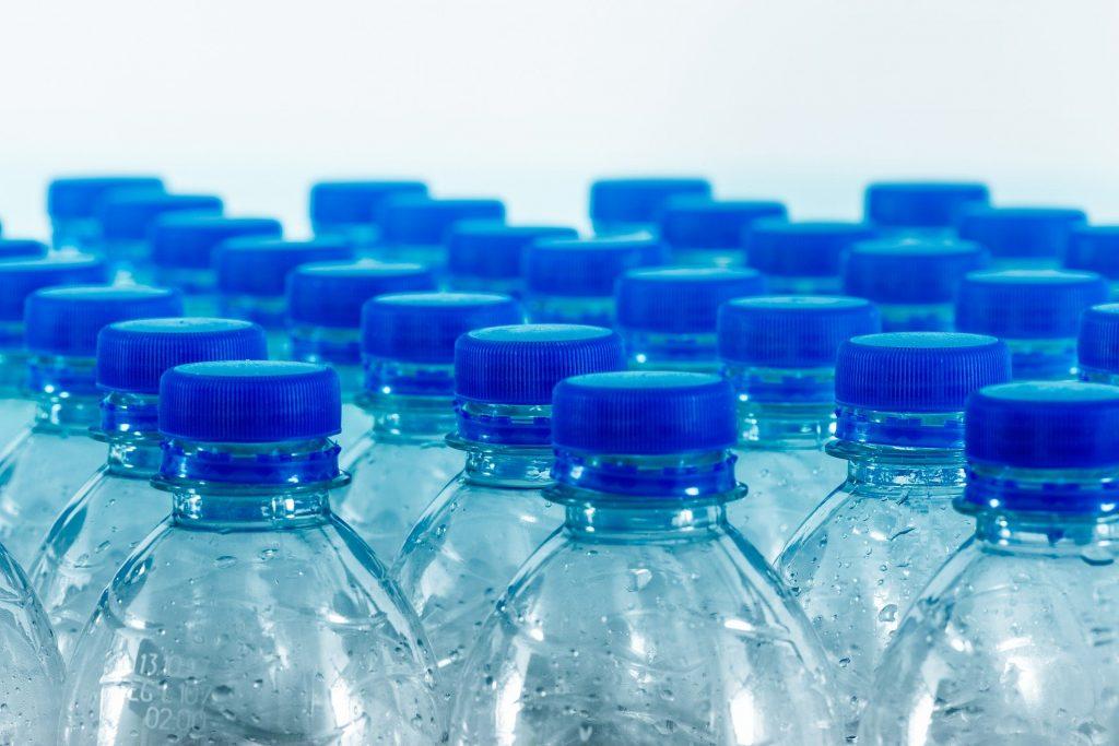 Imagem de várias garrafas plásticas contendo água para beber.