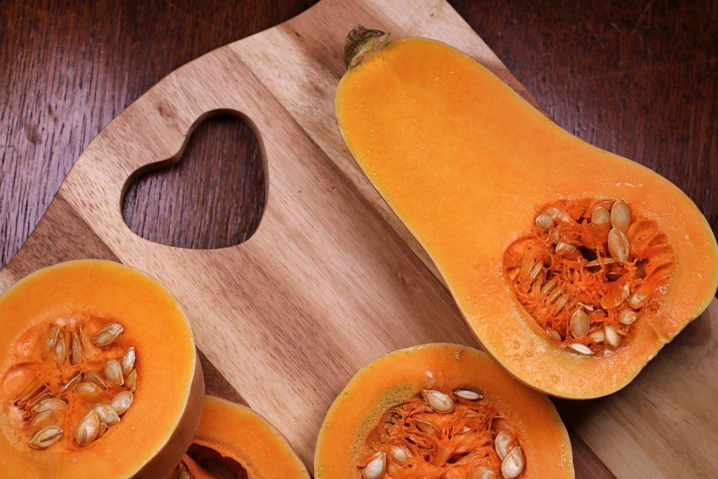 Imagem de várias abóboras bem amarelinhas jpa cortadas e prontas para fazer um doce bem saboroso.