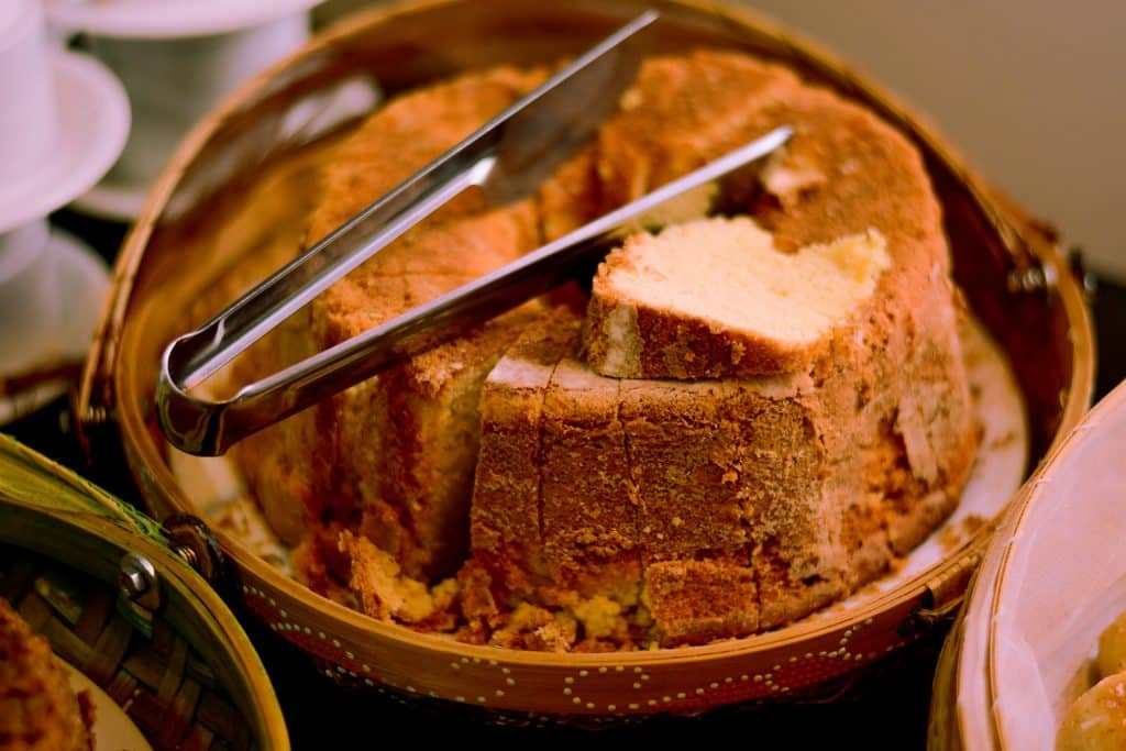Imagem de um lindo e saboroso bolo de coco assado e pronto para ser degustado.