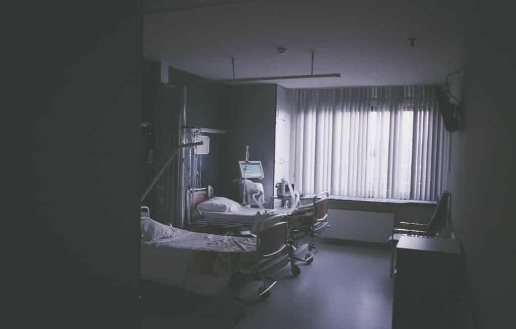 Quarto de hospital com pouca iluminação
