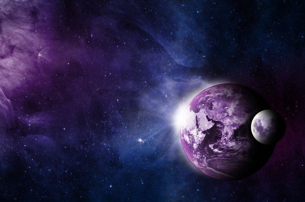 Imagem do planeta Terra e da Lua, recebendo uma luz branca, como energia, vindo do espaço.