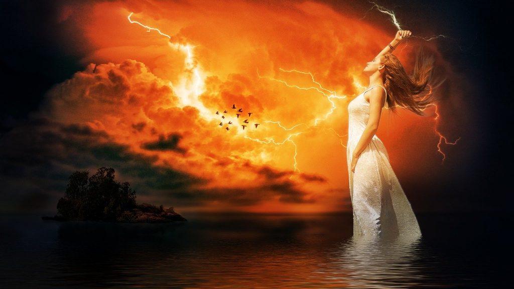 Ilustração de mulher com vestido branco, representando uma deusa, segurando um raio, em um céu vermelho com muitos outros raios e nuvens pretas.