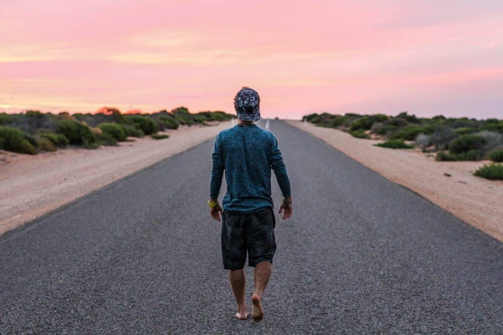 Homem andando pela rua vazia
