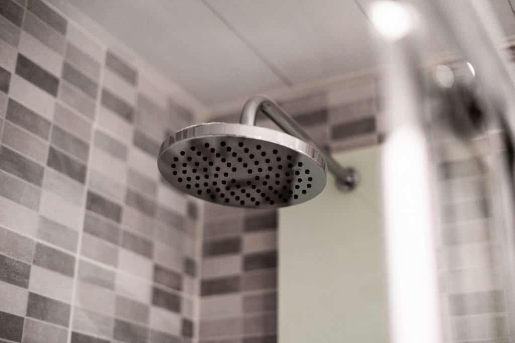 Chuveiro em um banheiro