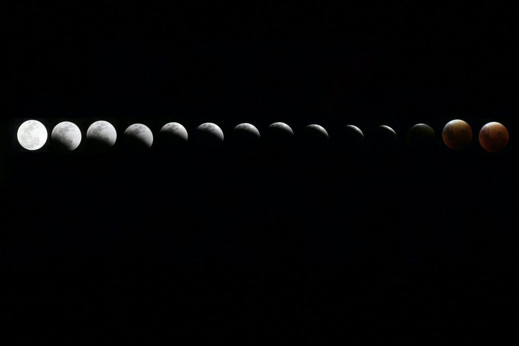 Fases da lua colocadas lado a lado, começando com a lua cheia do lado esquerdo, e indo até a lua nova do lado direito.
