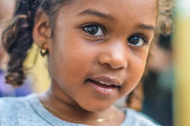 Rosto de criança com olhar inocente