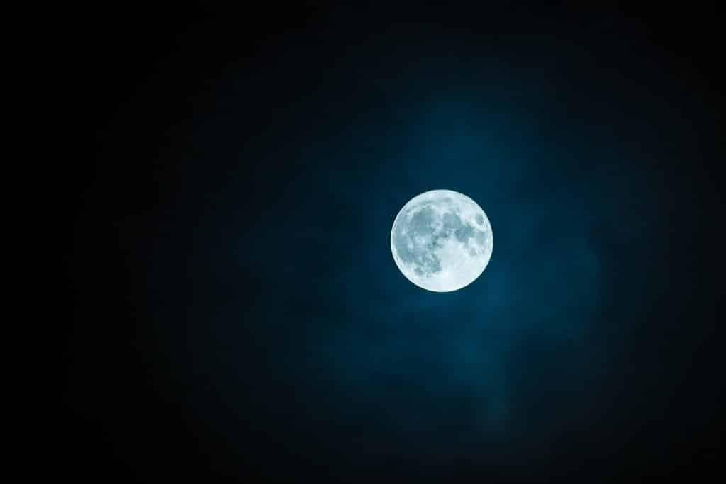 Imagem com fundo escuro. Em destaque a posição da Lua Cheia