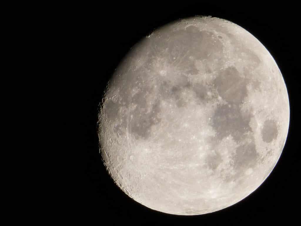 Imagem de fundo escuro e em destaque a Lua Minguante.