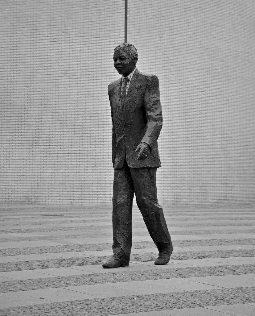 Imagem da estátua de Nelson Mandela.