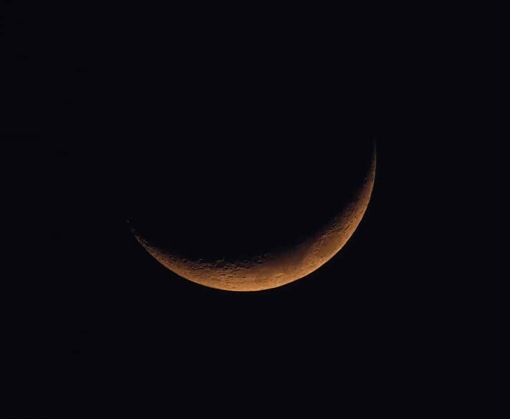 Imagem com fundo preto da lua nova.