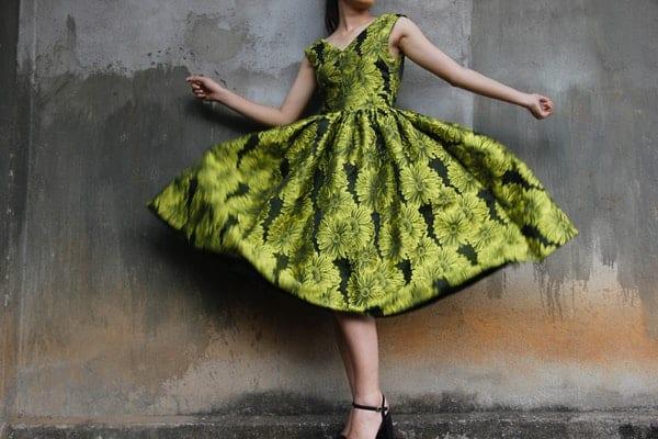 Mulher dançando com vestido rodando
