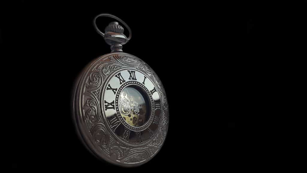 Imagem de um lindo e antigo relógio de bolso.