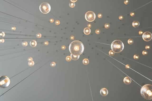 lâmpadas vistas de baico dando ilusão que estão caindo