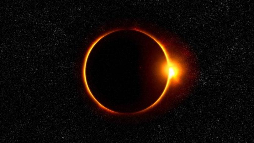 Imagem do eclipse solar e ao fundo céu escuro repleto de estrelas.