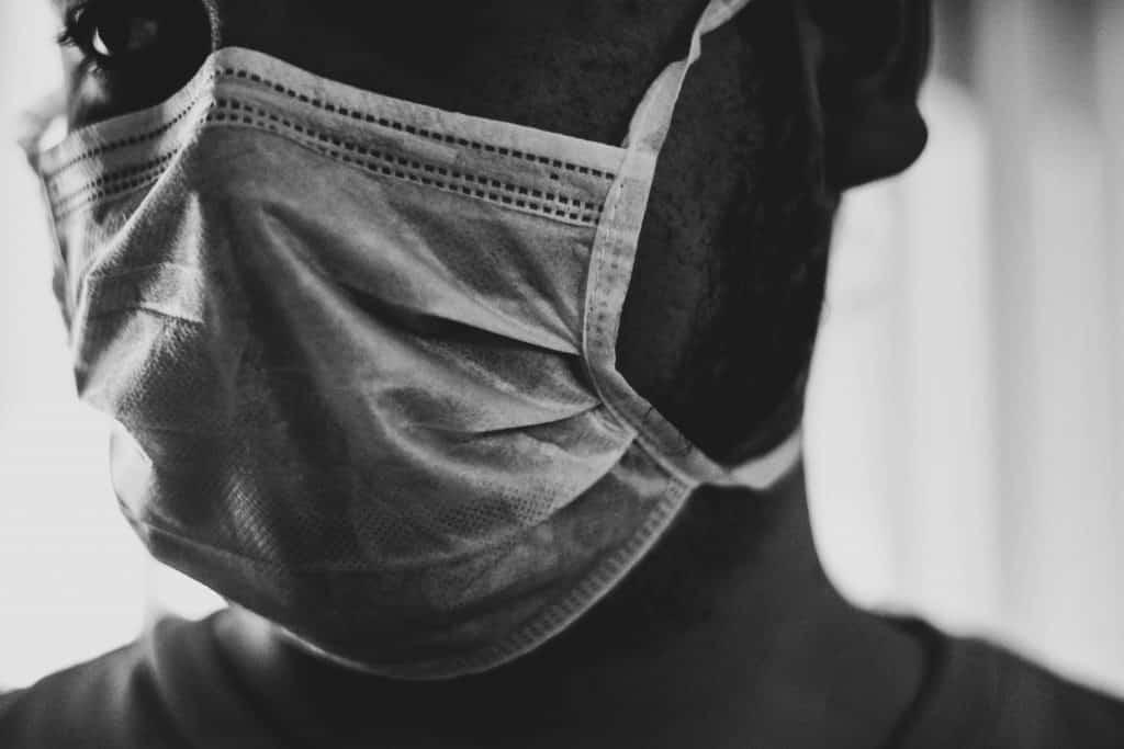 Homem usando máscara de proteção em seu rosto